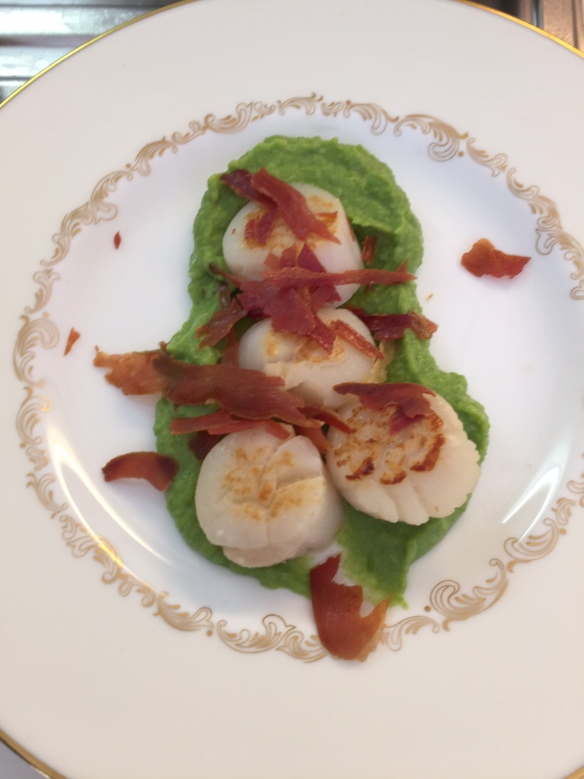 Red, white and green - Scallops with pea purée and crispy proscuitto